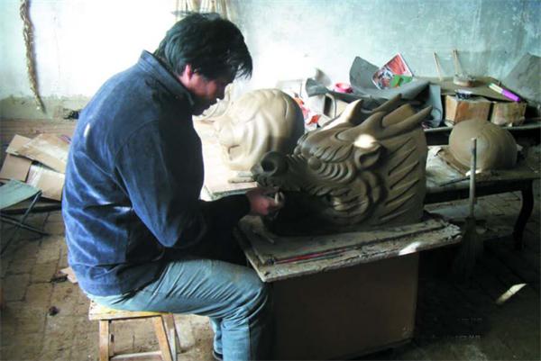 邢坤正在制作泥塑.png